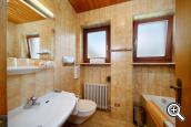 Holiday apartment Type A – bathroom with window