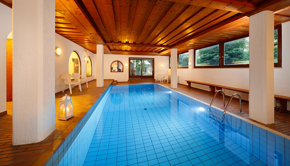 Hallenbad in der Pension Haller - Algund